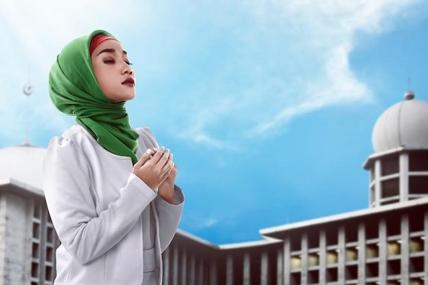 Mujer musulmana asiática rezando