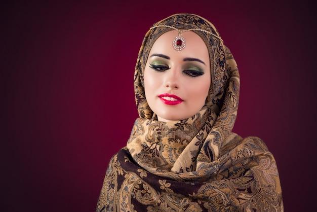 Mujer musulmana con bonitas joyas.