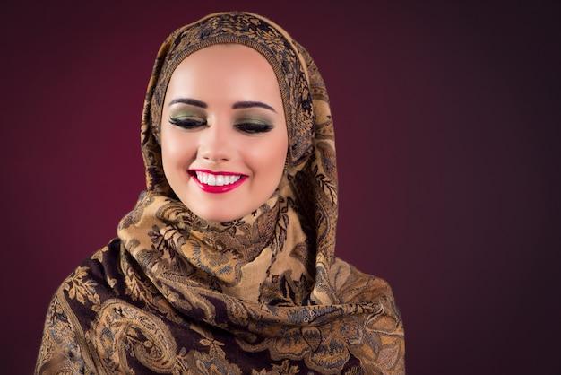 Mujer musulmana con bonitas joyas