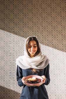 Mujer musulmana con dátiles