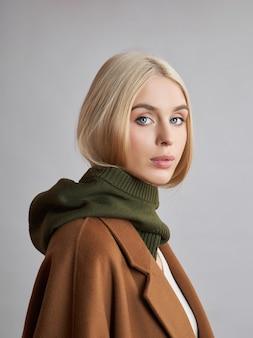 Mujer musulmana europea con el pelo rubio en un capot con capucha vestida sobre su cabeza. hermosa chica con piel suave, cosmética natural.