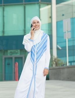 Mujer musulmana hablando por teléfono