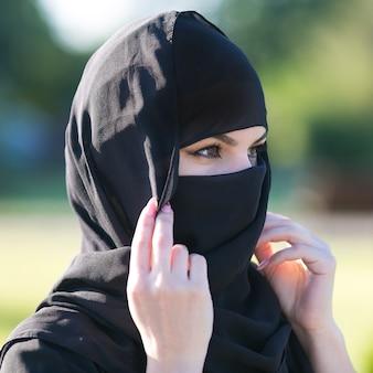 Mujer musulmana con hermosos ojos en traje nacional