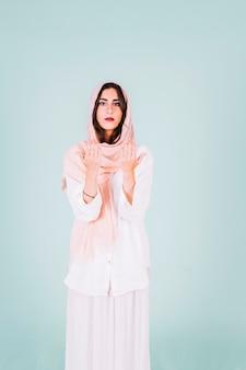 Mujer musulmana joven rezando