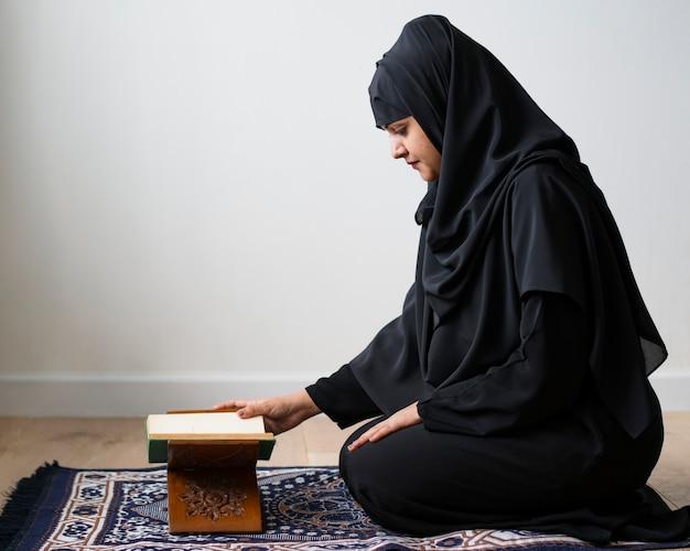 Mujer musulmana leyendo desde el corán