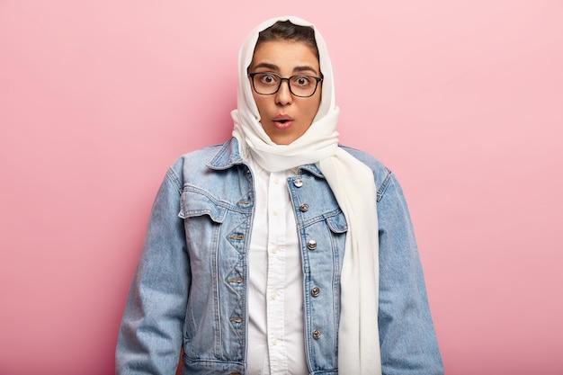 Mujer musulmana, llevando, chaqueta vaquera