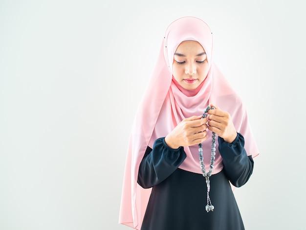 Mujer musulmana reza en hijab
