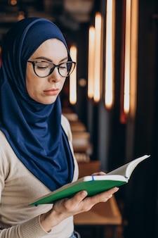 Mujer musulmana rezando en ramadán