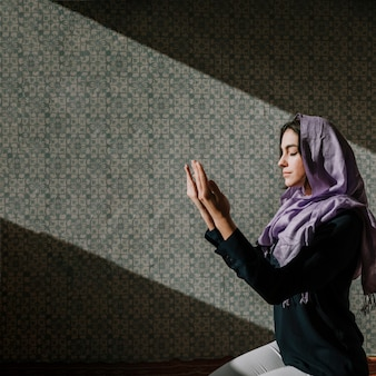 Mujer musulmana rezando