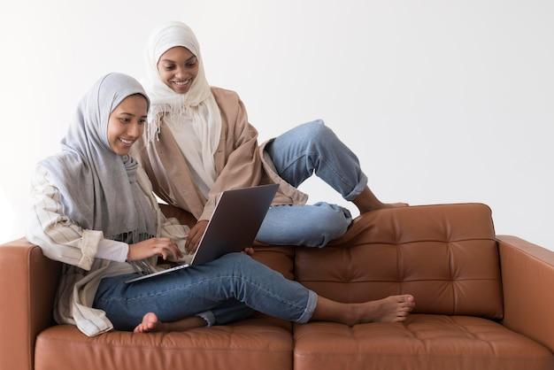 Mujer musulmana sonriente de tiro completo