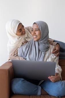 Mujer musulmana sonriente de tiro medio