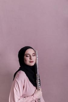 Mujer musulmana tocando la flauta