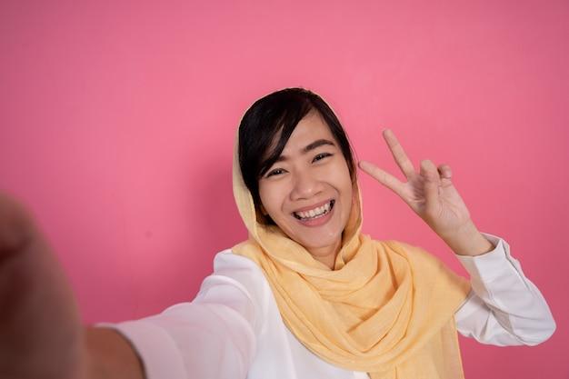 Mujer musulmana tomando selfie