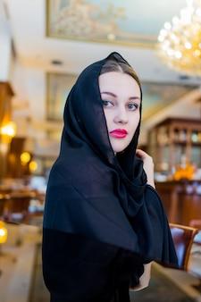 Mujer musulmana wering hijab negro