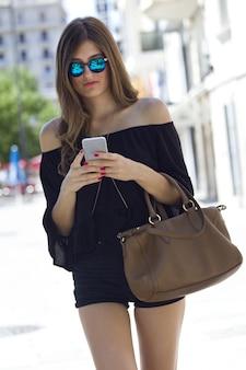 Mujer muy bien vestida con un teléfono