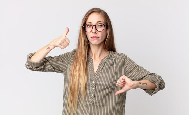 Mujer muy delgada que se siente confundida, desorientada e insegura, sopesando lo bueno y lo malo en diferentes opciones o elecciones.