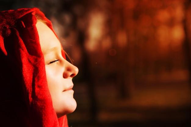 Mujer muy sonriente al aire libre disfrutando de otoño cálido y soleado