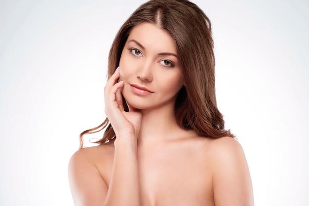 La mujer natural se ocupa del estado de la piel.