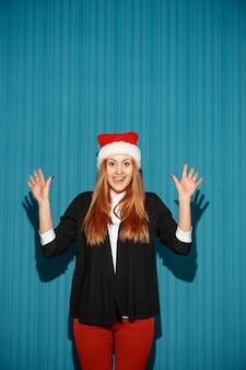 Mujer de navidad sorprendida con un sombrero de santa