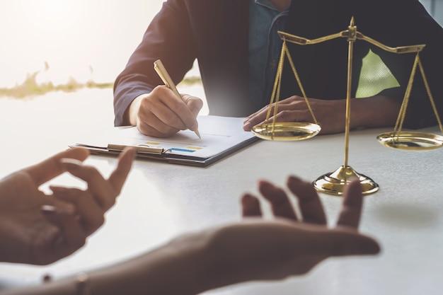 Mujer de negocios y abogados discutiendo documentos de contrato
