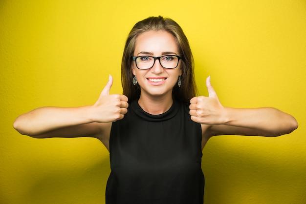 Mujer de negocios acertada que parece muy emocionada