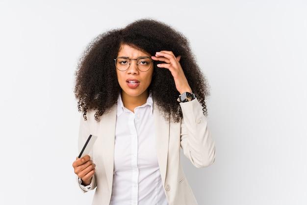 Mujer de negocios afro joven sosteniendo un coche de crédito aislado mujer de negocios afro joven sosteniendo un coche de crédito mostrando un gesto de decepción con el dedo índice.