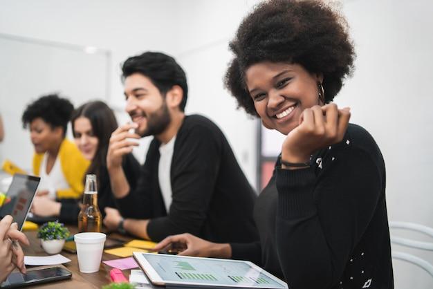 Mujer de negocios afroamericana confiada que trabaja en la oficina. concepto de negocio.