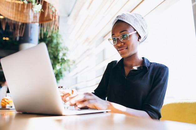 Mujer de negocios afroamericano con la computadora portátil