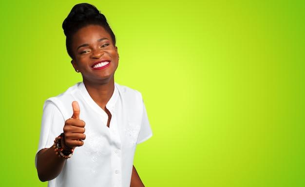 Mujer de negocios afroamericano con los pulgares para arriba