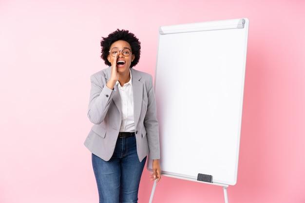 Mujer de negocios afroamericano sobre pared rosa