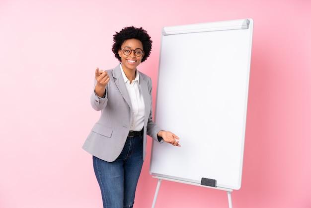 Mujer de negocios afroamericanos sobre pared rosa