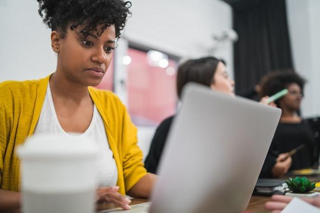 Mujer de negocios afroamericanos trabajando en la oficina.
