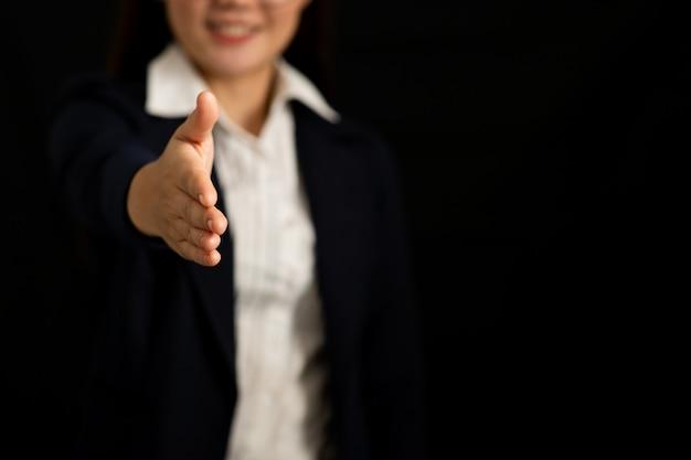 Mujer de negocios amigable que ofrece para el apretón de manos