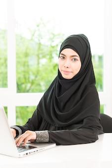 Mujer de negocios árabe trabajando