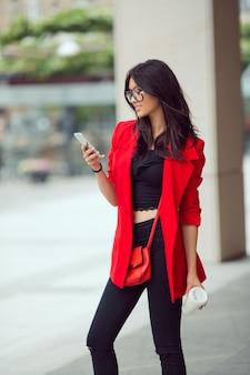 Mujer de negocios asiática al aire libre