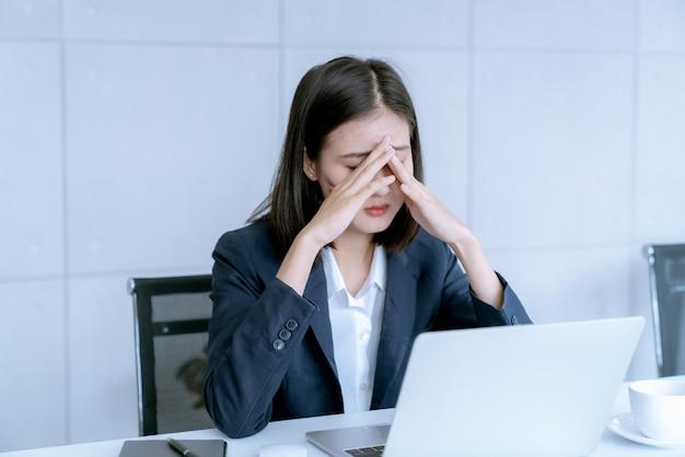 Mujer de negocios asiática destacó ser riesgo de despedida de trabajo