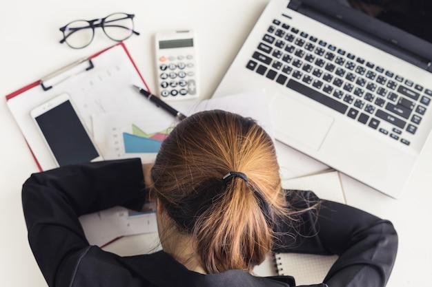 Mujer de negocios asiática estresada y frustrada
