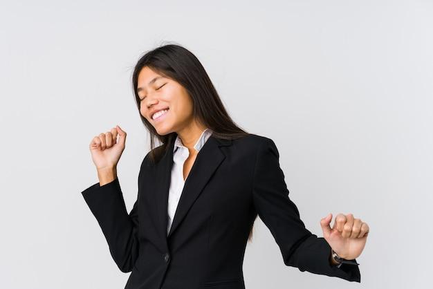 Mujer de negocios asiática joven bailando y divirtiéndose.