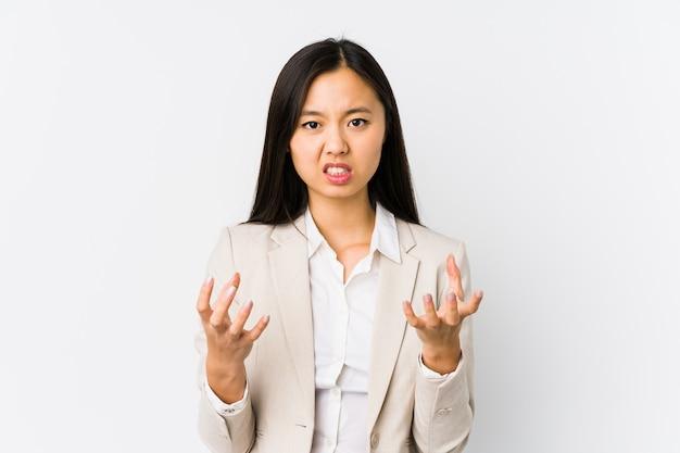 Mujer de negocios asiática joven molesto gritando con manos tensas