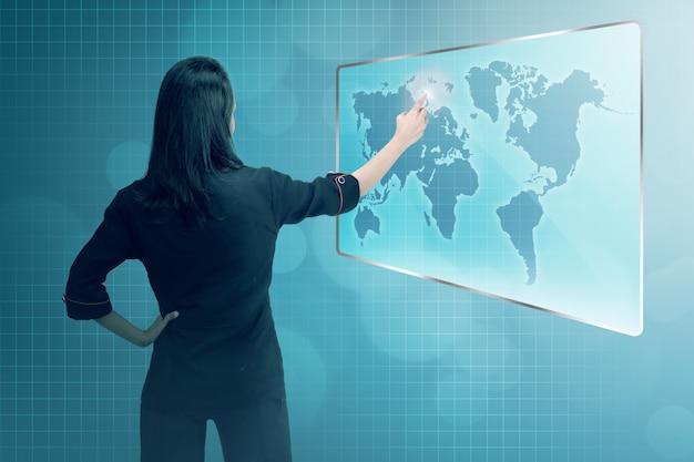 Mujer de negocios asiática joven que señala la red digital del negocio