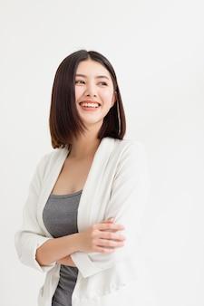 Mujer de negocios asiática sonriente de pie y mirando