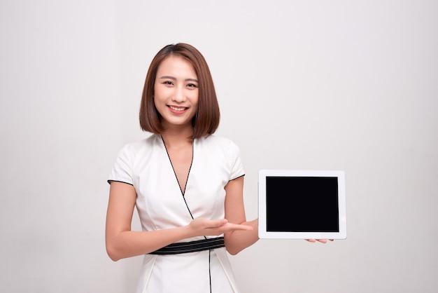 Mujer de negocios asiática con tableta ipad
