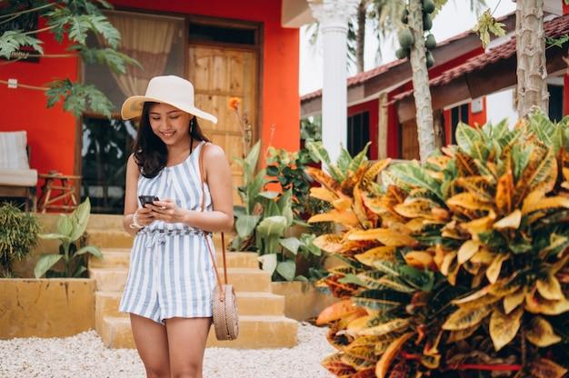 Mujer de negocios asiática de vacaciones hablando por teléfono