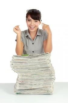 Mujer de negocios atractiva joven y periódico