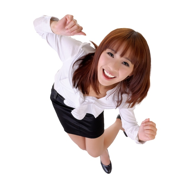 Mujer de negocios bailando feliz de asia, retrato de cuerpo entero aislado en blanco.