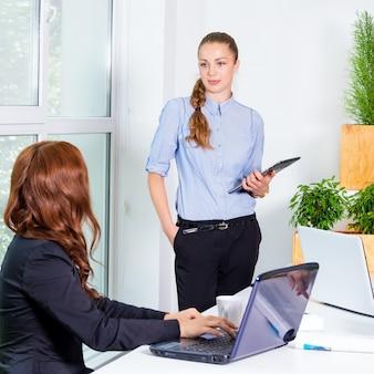 Mujer de negocios bastante joven que da una presentación en conferencia