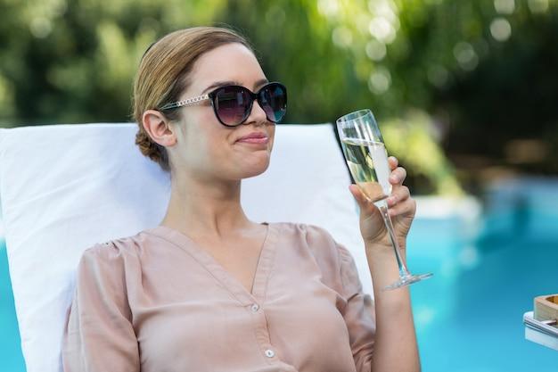 Mujer de negocios bebiendo champaña