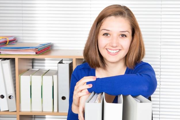 Mujer de negocios bonita moderna en la oficina con espacio de copia