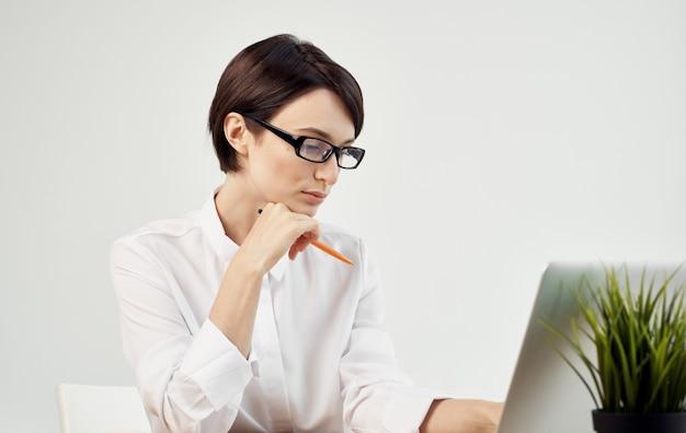 Mujer de negocios con camisa blanca se sienta en la mesa de trabajo asistente de profesionales de tecnología de oficina