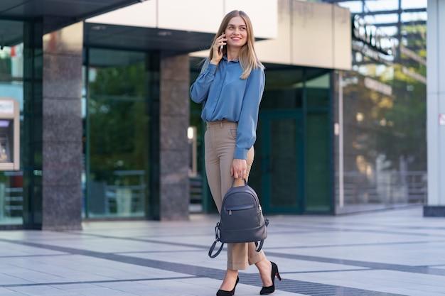 Mujer de negocios caucásica hablando por teléfono. cintura para arriba retrato de una exitosa mujer europea, hablando por teléfono,